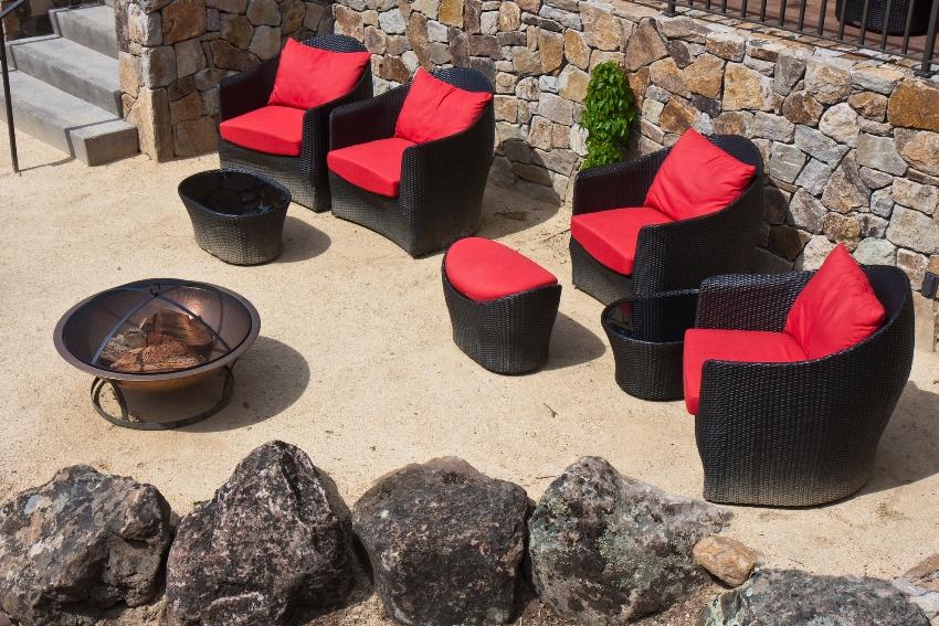 Плетеную мебель для сада из натурального материала мыть вообще не нужно