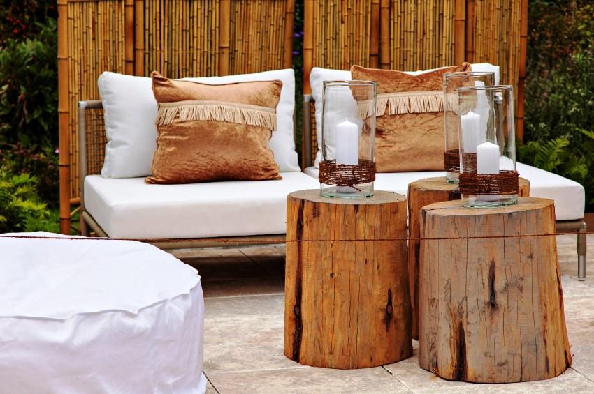 Деревянную садовую мебель можно сочетать с плетеными изделиями