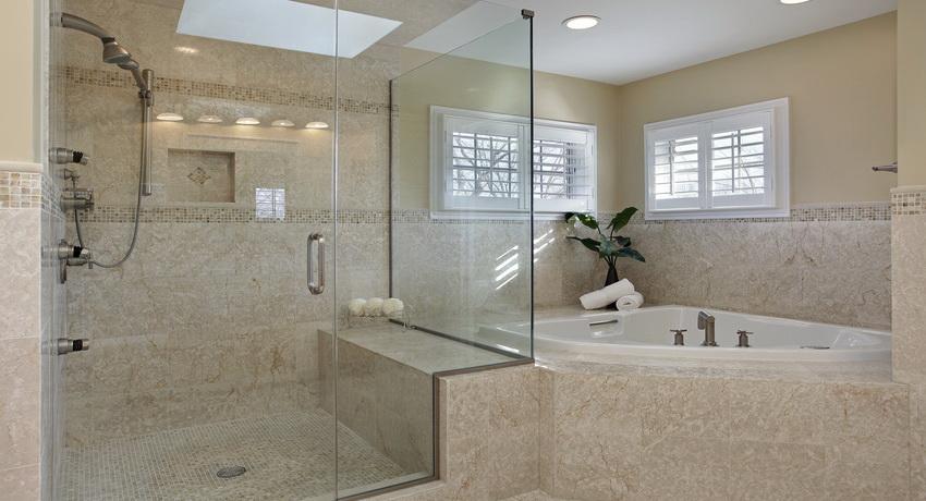 Перегородка из стекла позволяет зонировать пространство ванной комнаты