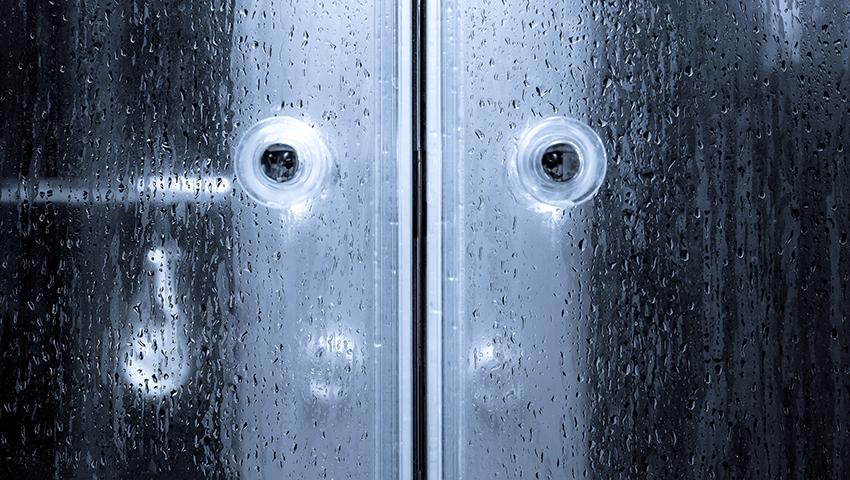 Материал для двери душевой кабины должен соответствовать общему стилю ванной