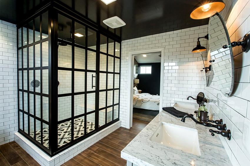 Двери из стекла отличаются надежностью, долговечностью и практичностью
