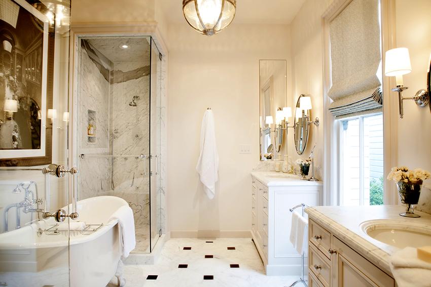Стеклянные двери в интерьере ванной выглядят стильно и органично