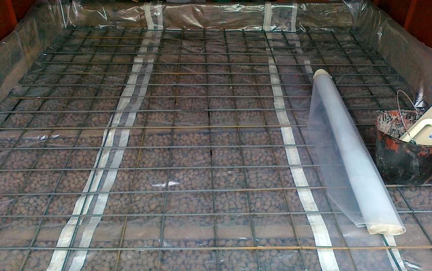 Для гидроизоляции утепляющего слоя можно использовать полиэтиленовую пленку