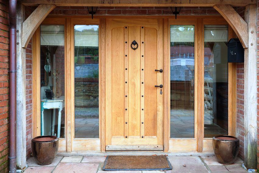 Самые надежные входные двери изготавливают из массива дерева