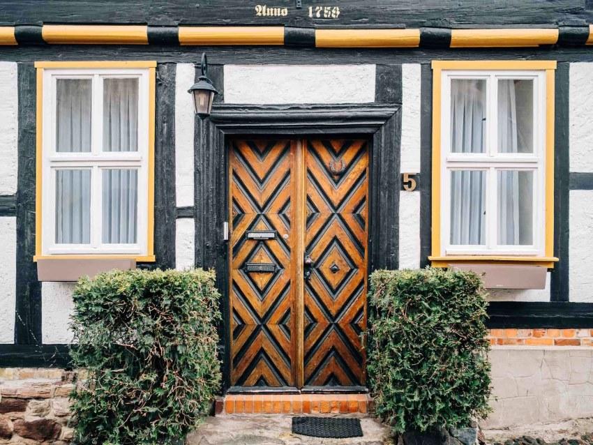 Чаще всего входные деревянные двери являются одностворчатыми или двустворчатыми
