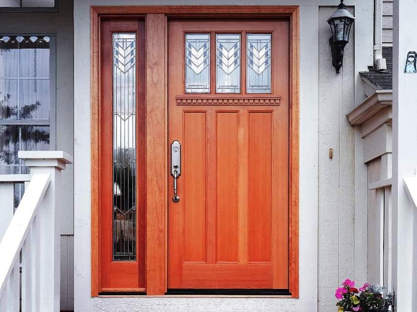 Утепленные деревянные двери более толстые и состоят из двух или трех деревянных полотен