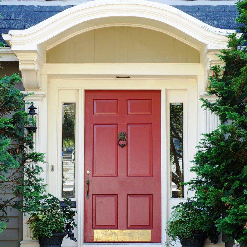 Устанавливая входную дверь на даче, экономить на ее качестве не стоит