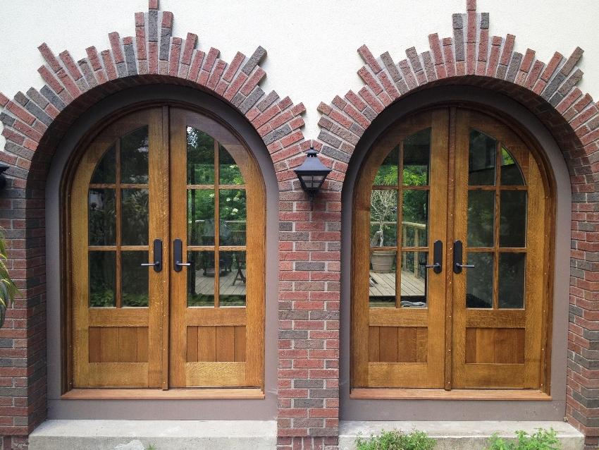 Стеклопакеты делают входные деревянные двери легче и элегантней