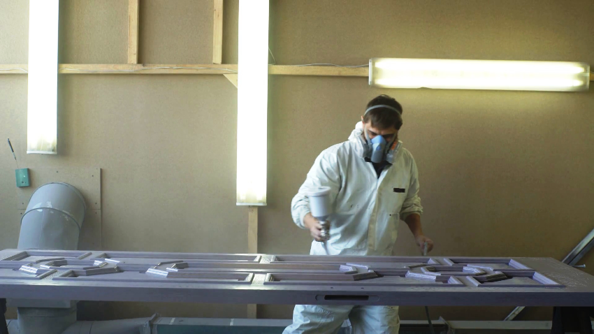 Фурнитура устанавливается после окрашивания деревянной входной двери