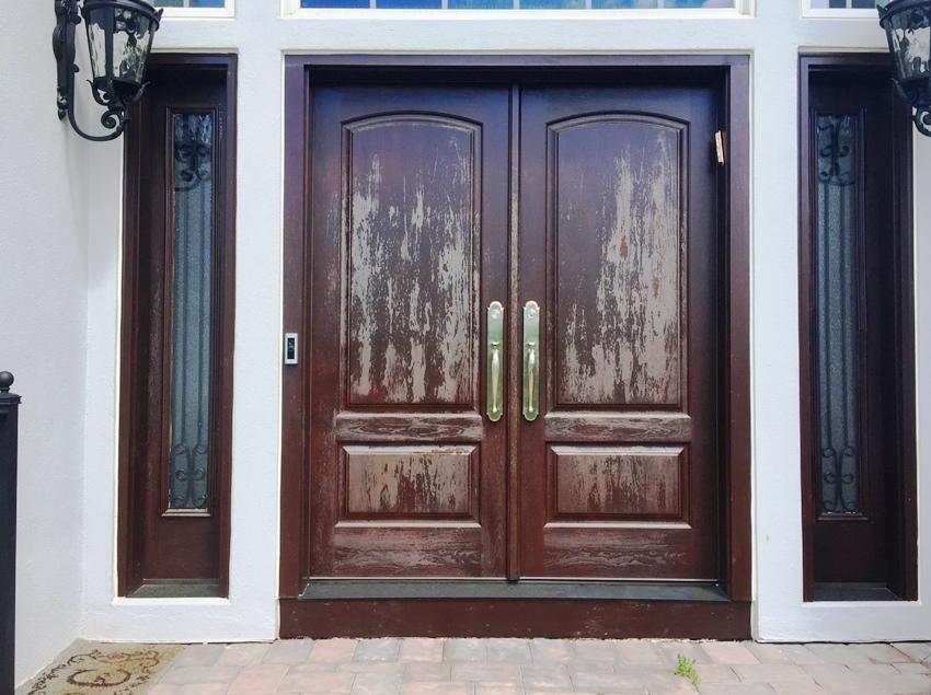 Входную дверь из дерева можно состарить искусственным способом
