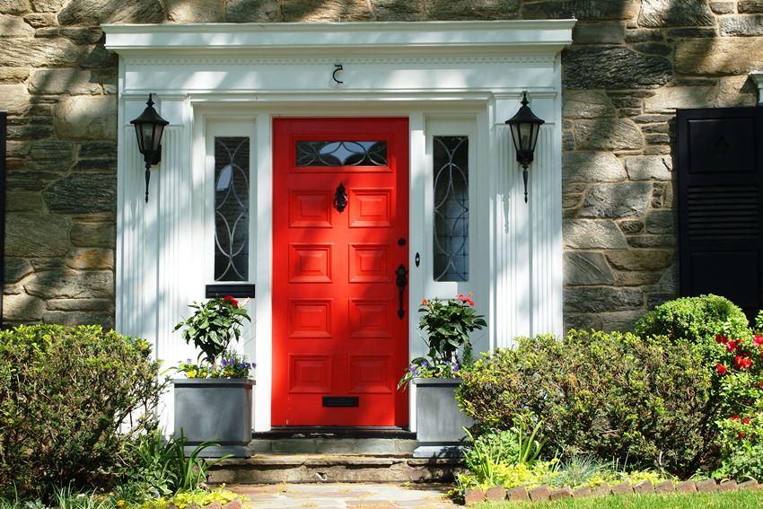 Нередко устанавливают металлические входные двери, которые обшивают деревом