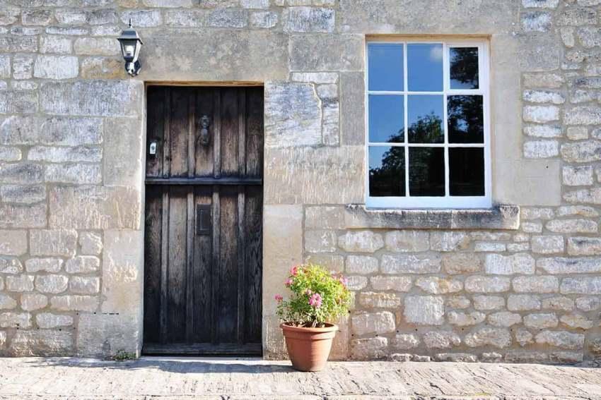 Если дверь сделана из плотного материала и весит довольно много, то лучше добавить дополнительные петли