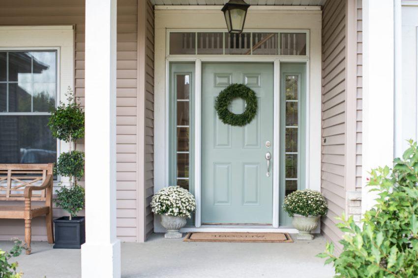 В частном доме входные двери из дерева должны дополняться порожком и козырьком