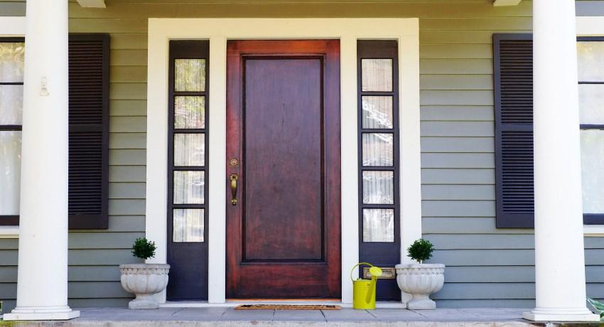 Практически все входные двери, изготовленные из дерева, обладают распашной конструкцией