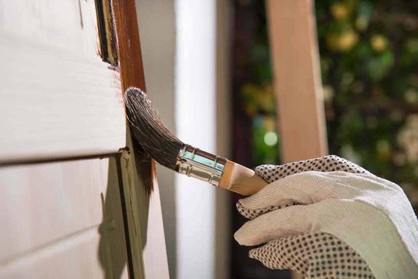 Отреставрировать старые двери можно в мастерской или своими руками