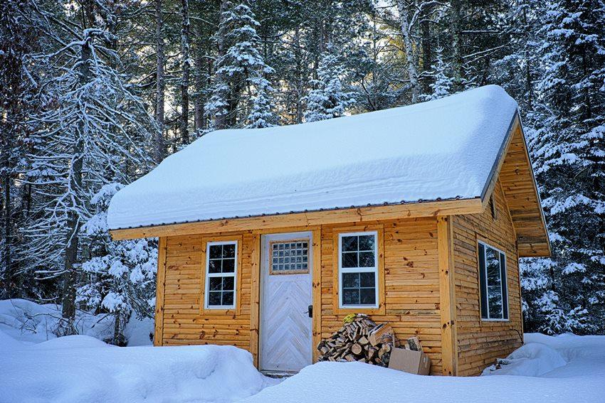 Для установки деревянной входной двери в дом из того же материала потребуется крепкая и надежная коробка