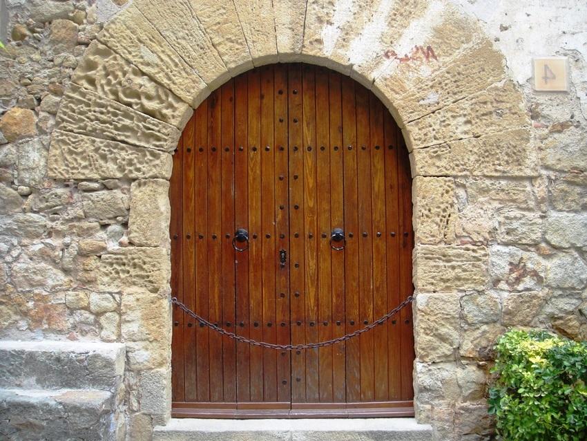 Полотно входных деревянных дверей должно быть изготовлено из крепких пород дерева и быть при этом достаточно толстым