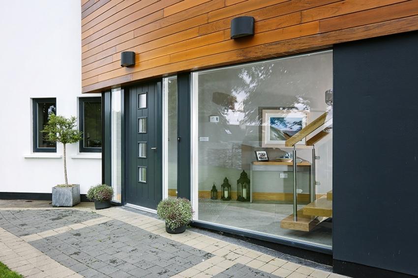 Входные двери со стеклопакетом – это система дверей из металла или другого материала со специальной прорезью, в которую устанавливается стеклопакет