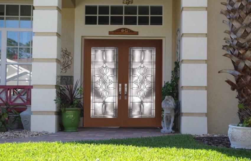 При изготовления входных дверей используется три вида стекла: закаленное, армированное и триплекс