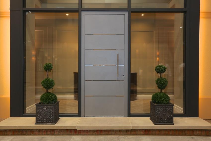 В общественных местах чаще всего можно увидеть распашные металлические двери со стеклянными вставками