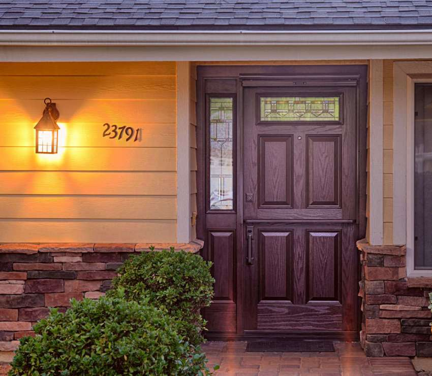 Конструкции из дерева – это самый популярный вариант уличной двери