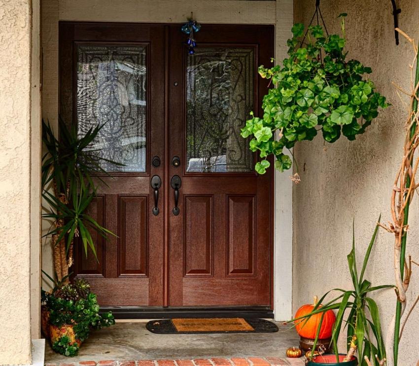 Стоимость входных дверей со вставками из стекла и декоративной ковки очень высокая