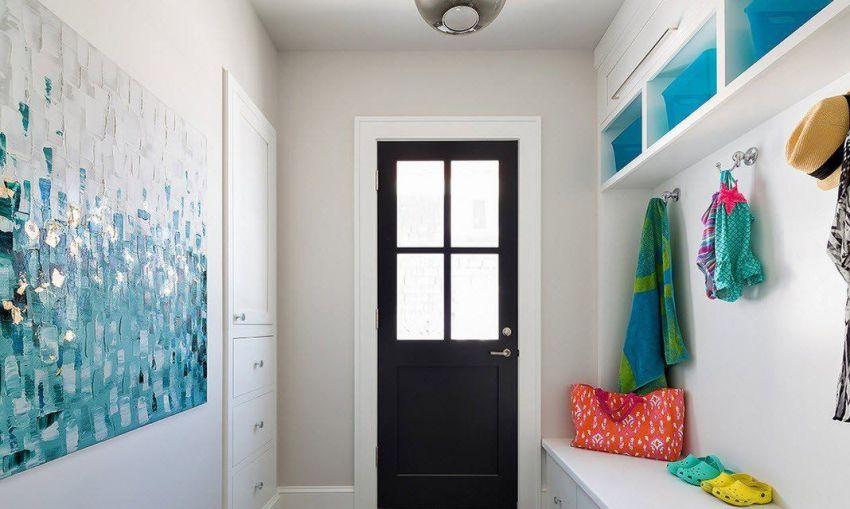 Самым недорогим вариантом является стандартная пластиковая дверь распашной конструкции
