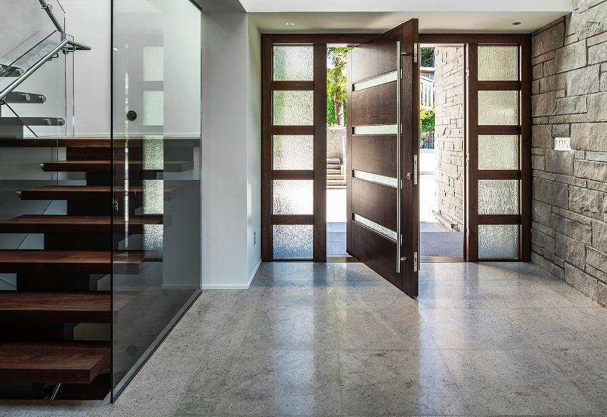 Элегантная входная дверь со стеклом способна достойно украсить частный дом или загородный коттедж