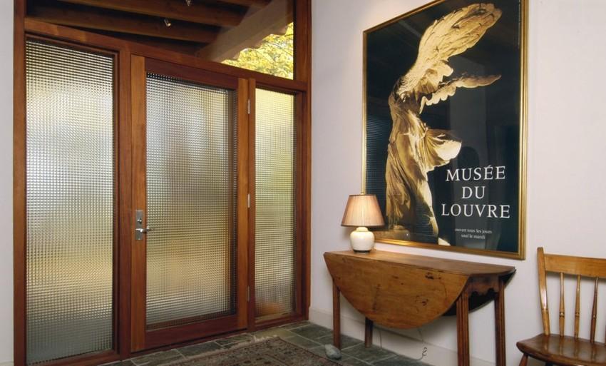 Наиболее удачный вариант входной двери - это непрозрачные конструкции с матовым стеклом, тонированным, зеркальным или с витражом