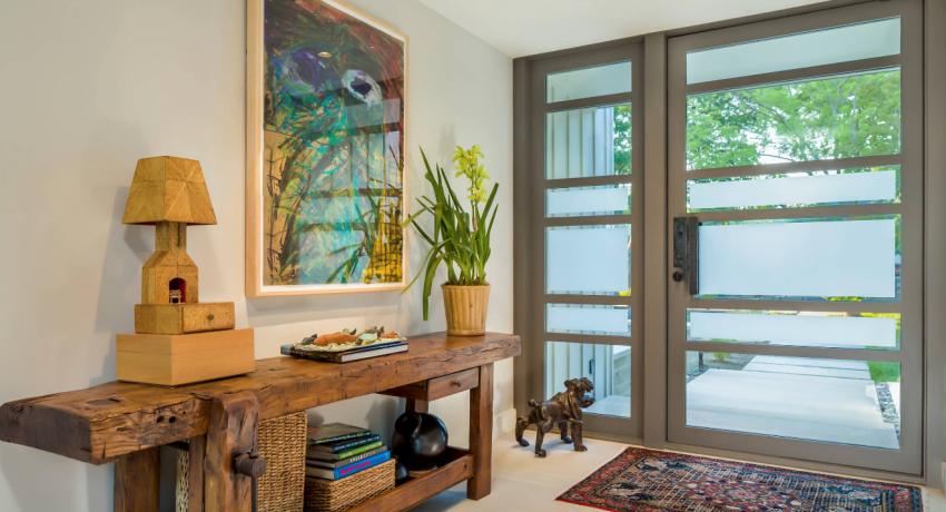 Прозрачная отделка входной двери из стекла приоткроет достоинства интерьерного решения комнат