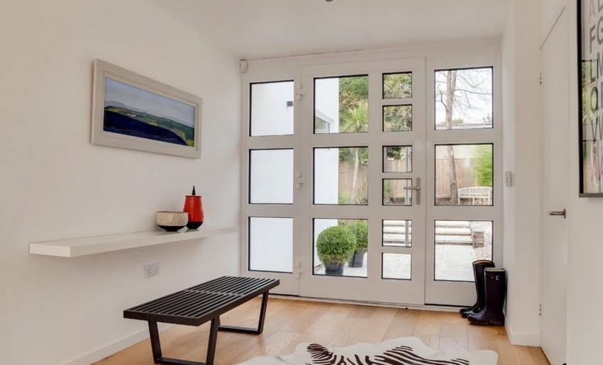 Большим преимуществом входных дверей, оборудованных стеклопакетом, является возможность свободного обзора внешнего пространства