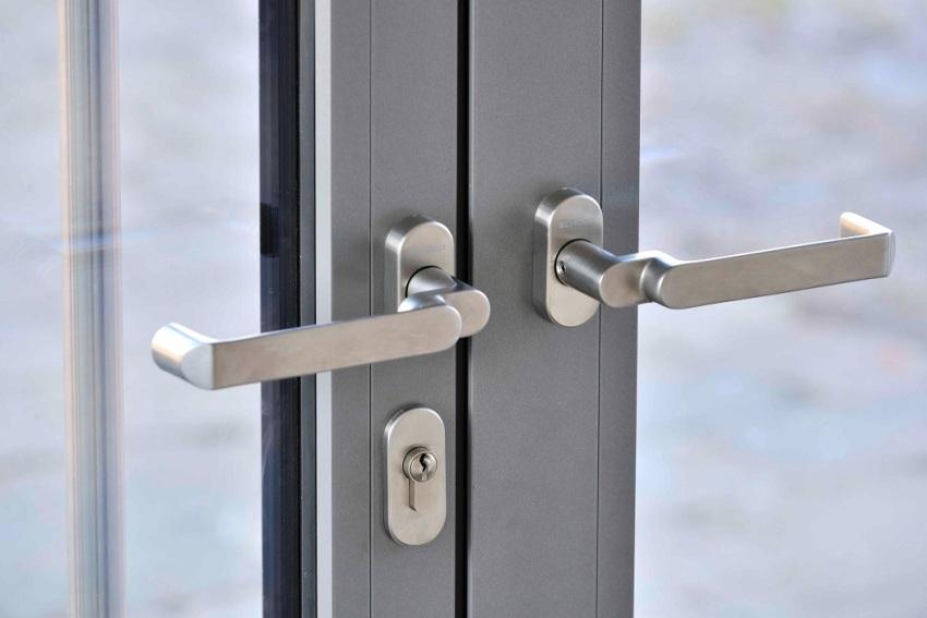 Ручка входной двери должна быть не только прочной, надежной и практичной, но и удобной