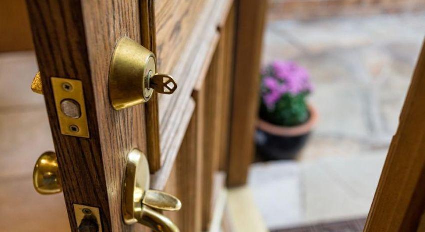 Чаще всего дверь уже комплектуется со сложной замковой системой, а также противовзломным механизмом