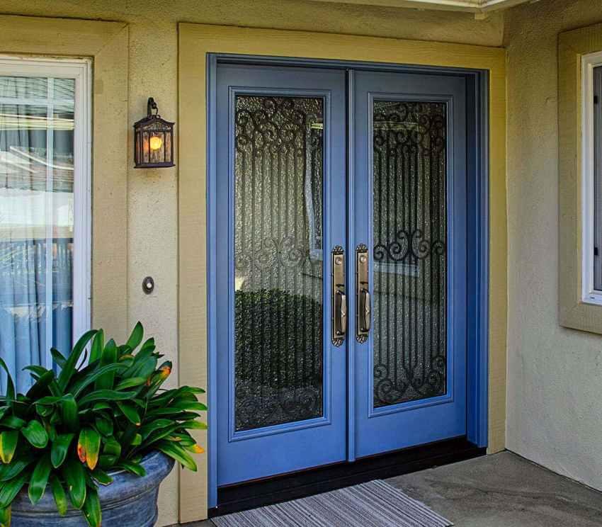 Для обеспечения повышенной безопасности на входные двери со стеклом могут устанавливаться сварная или кованая решетка