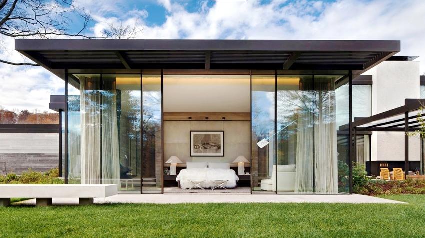 Стекло может служить элементом декора, обзорной площадкой или основным материалом для изготовления дверной створки