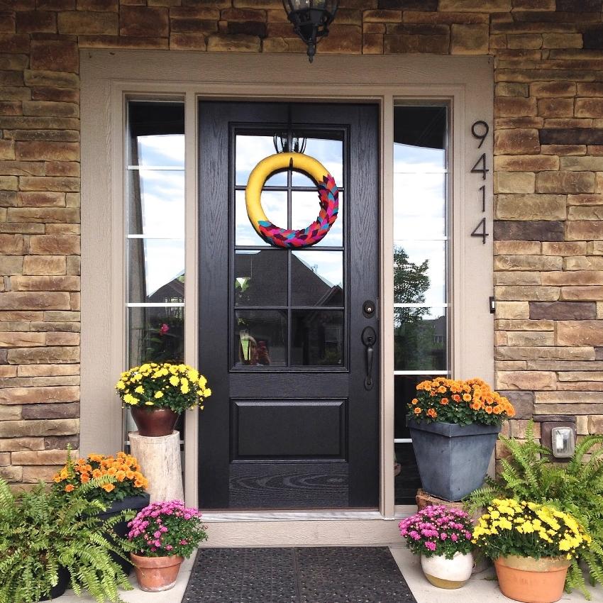 Входную дверь со стеклом устанавливают при необходимости дополнительного естественного освещения либо визуального контакта с посетителем