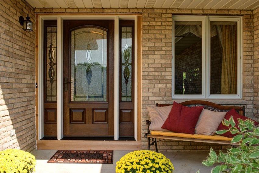 Цена двери будет зависеть от основного материала, использованного при изготовлении, а также от габаритов самой конструкции и стеклопакета