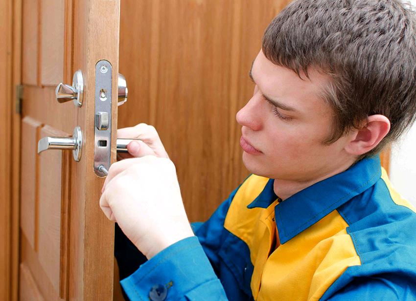 Правильно врезать замок в деревянную дверь достаточно трудно, поэтому лучше обратиться за помощью к специалистам