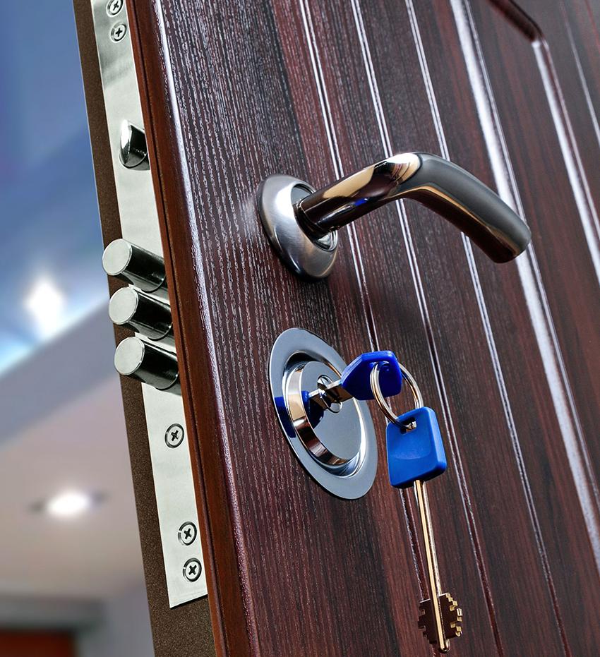 Входные двери могут быть левосторонние и правосторонние, исходя из этого необходимо подбирать замок