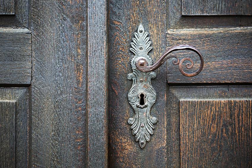 Врезные замки монтируются в полотно двери и не портят ее внешний вид