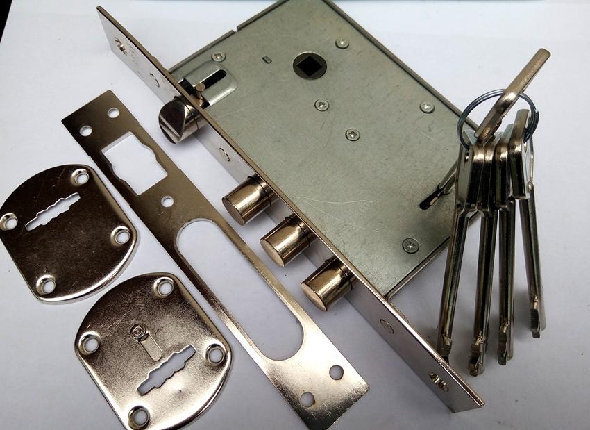 Комбинированные врезные замки включают в себя два типа механизма