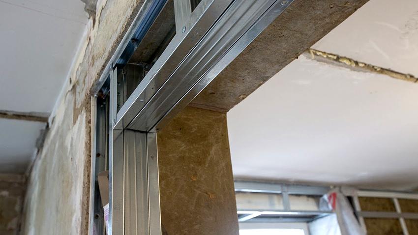 Выравнивать раму необходимо с помощью строительного уровня ориентируясь на конец стены