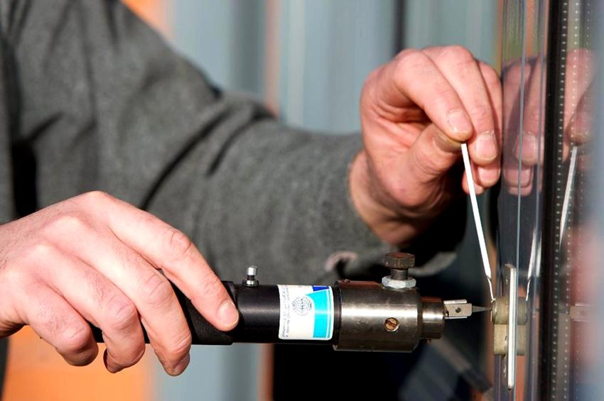 Чтобы механизмы двери работали долго и качественно, их необходимо чистить от загрязнений и смазывать