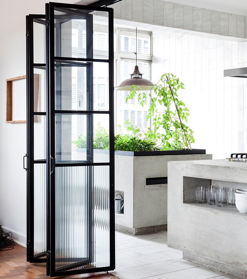 Складные двери смотрятся стильно и элегантно, обычно они монтируются внутри помещения