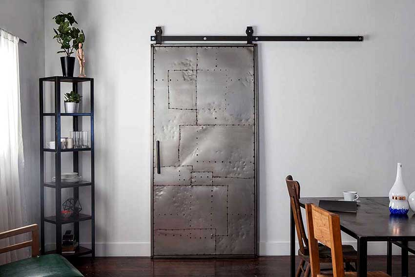 Приобретая межкомнатную алюминиевую дверь необходимо обращать внимание на качество фурнитуры
