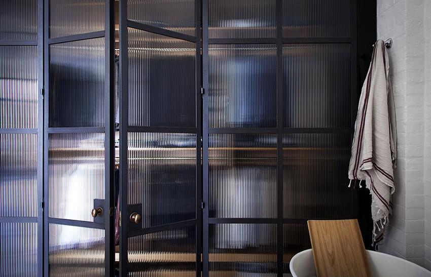 Матовое узорчатое стекло в двери смотрится эффектно и оригинально