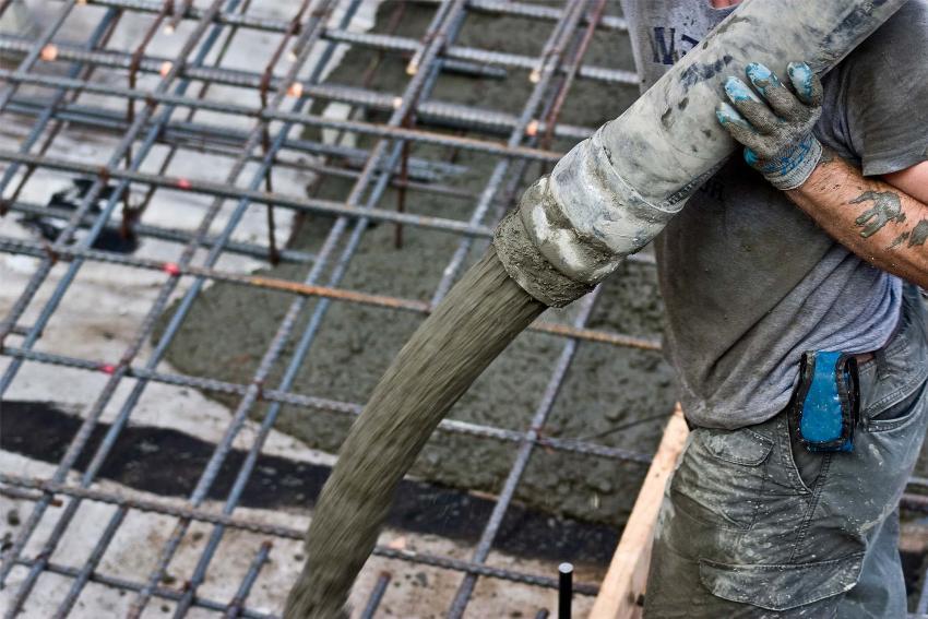 Сколько весит метр арматуры, необходимо знать и проектировщикам, и строителям зданий и сооружений из армируемого бетона