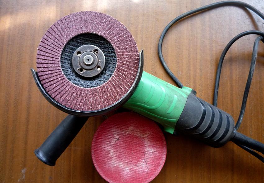 Для выполнения грубой полировки используются корщетки, торцевые круги и обдирочные диски