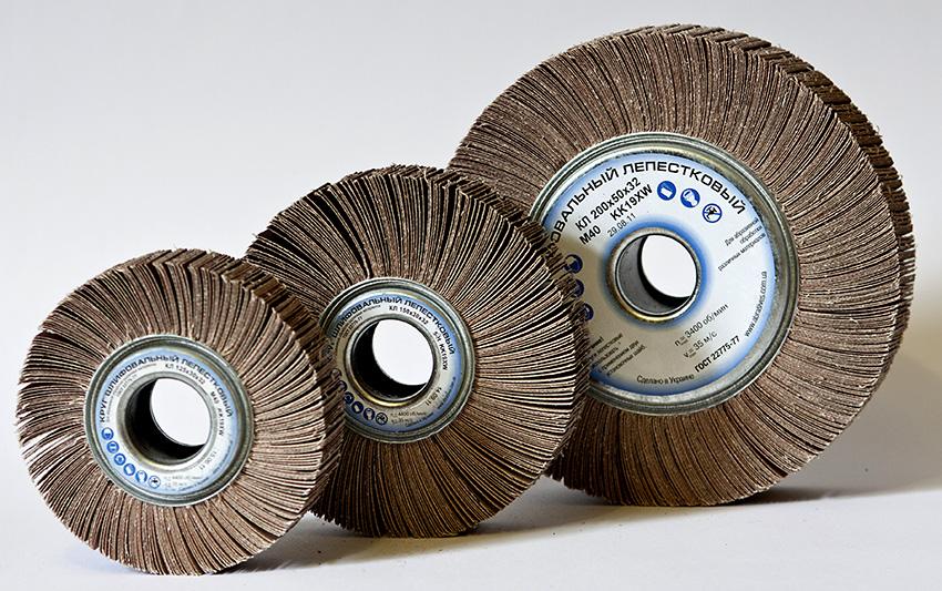 Лепестковые круги изготовлены из наждачной бумаги, их используют для щадящей обработки материала