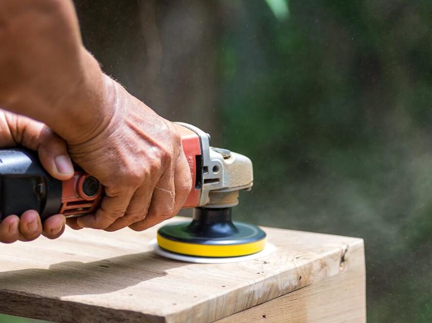С помощью мягких шлифовальных насадок можно довести поверхность древесины до идеального состояния